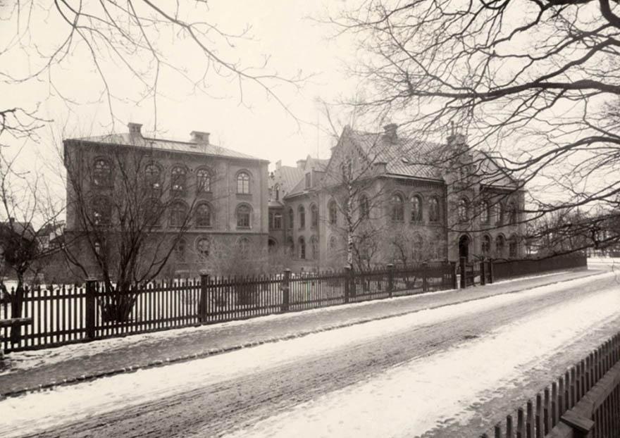 Gammalt svartvitt foto över hus i kvarteret Munken i Uppsala